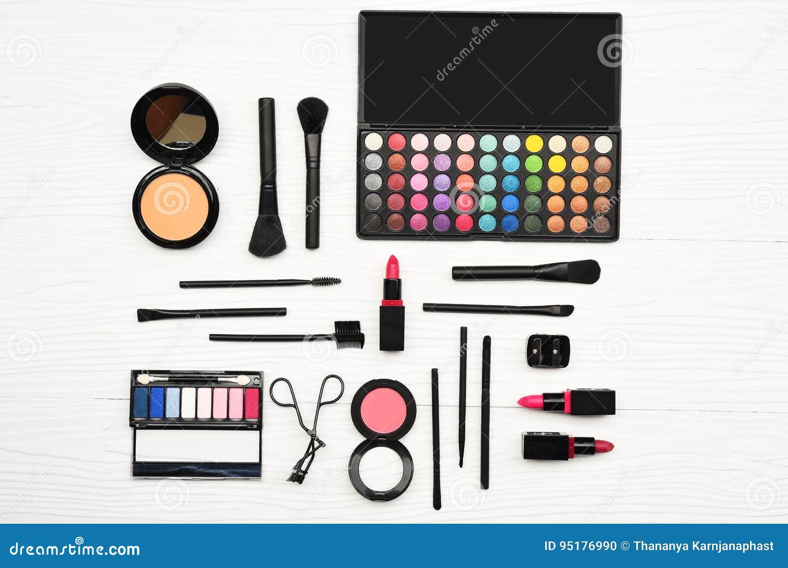 Componga e prodotti di bellezza cosmetici sistemati