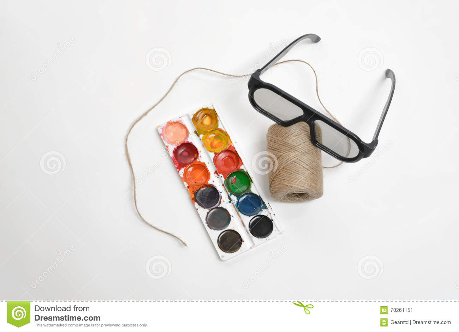 Comporter de scène d art de vue supérieure de la ficelle de fil, des verres et des peintures d aquarelle sur un fond blanc