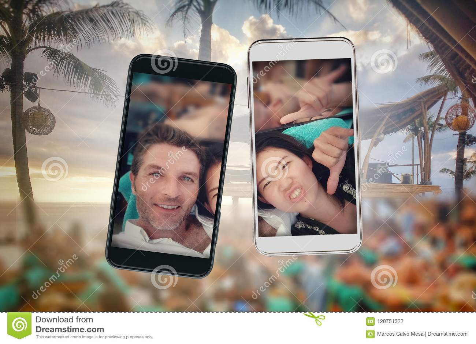 Composé de jeunes couples de belle et heureuse appartenance ethnique mélangée et de téléphones portables asiatiques et caucasiens