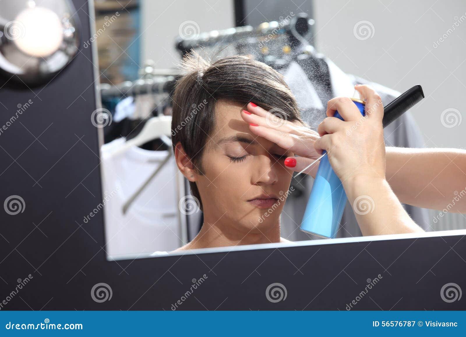 Composez le modèle au miroir dans le vestiaire, laque de pulvérisateurs