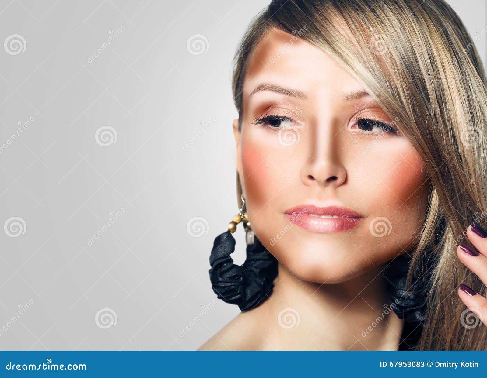 Composez le visage de femme Maquillage de découpe et de point culminant