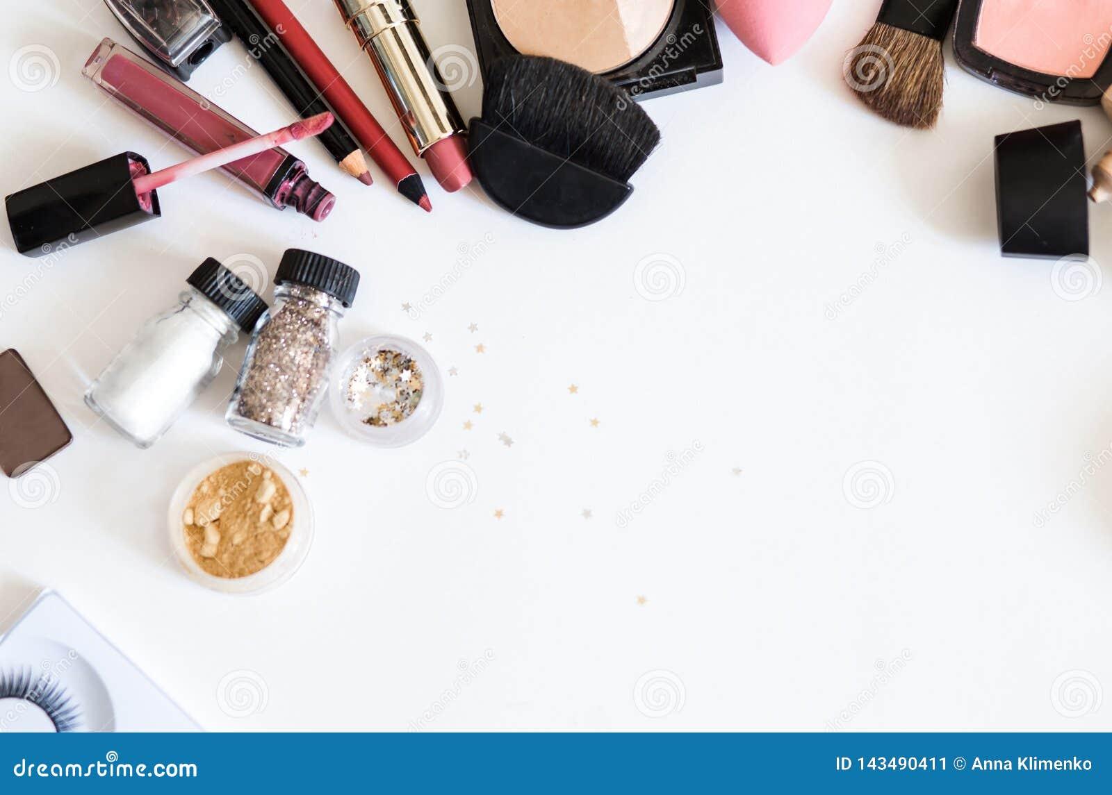 Composez les cosmétiques décoratifs sur la vue supérieure de fond blanc