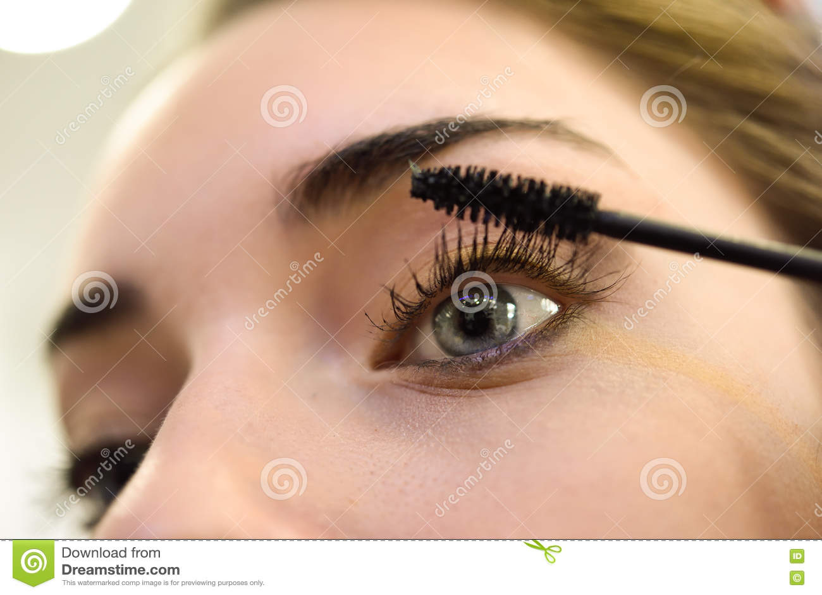 Composição Aplicando o mascara Pestanas e olhos azuis longos