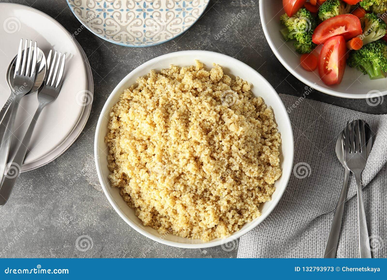 Composição colocada lisa com o quinoa cozinhado na placa