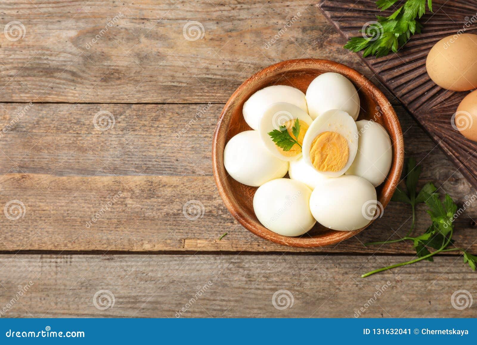 Composição colocada lisa com ovos cozidos e espaço para o texto