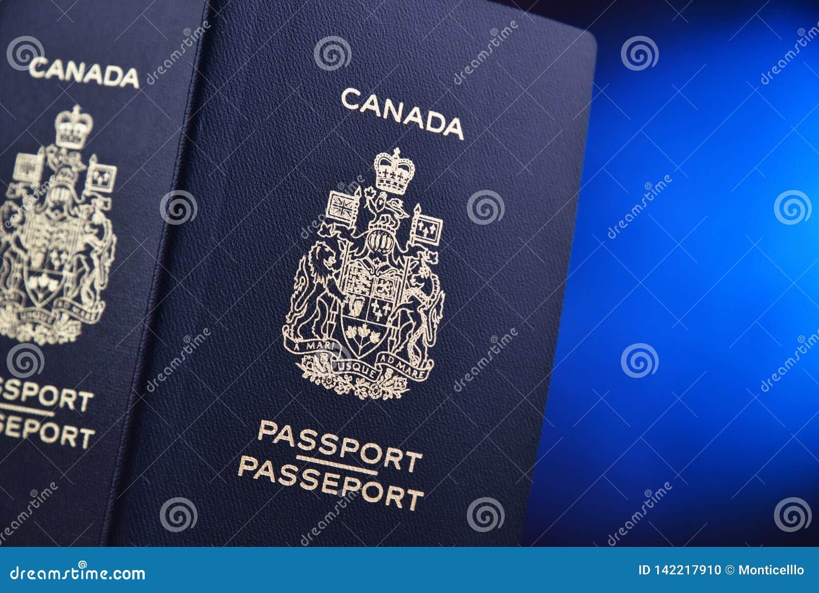Composição com os dois passaportes canadenses