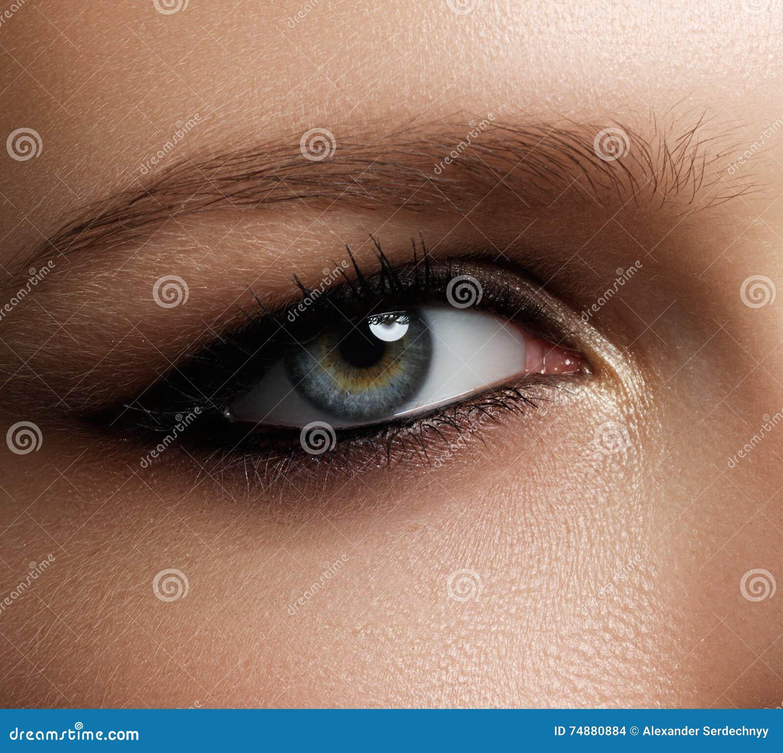 Composição creativa do olho Olhos elegantes do fumo Os cosméticos e fazem