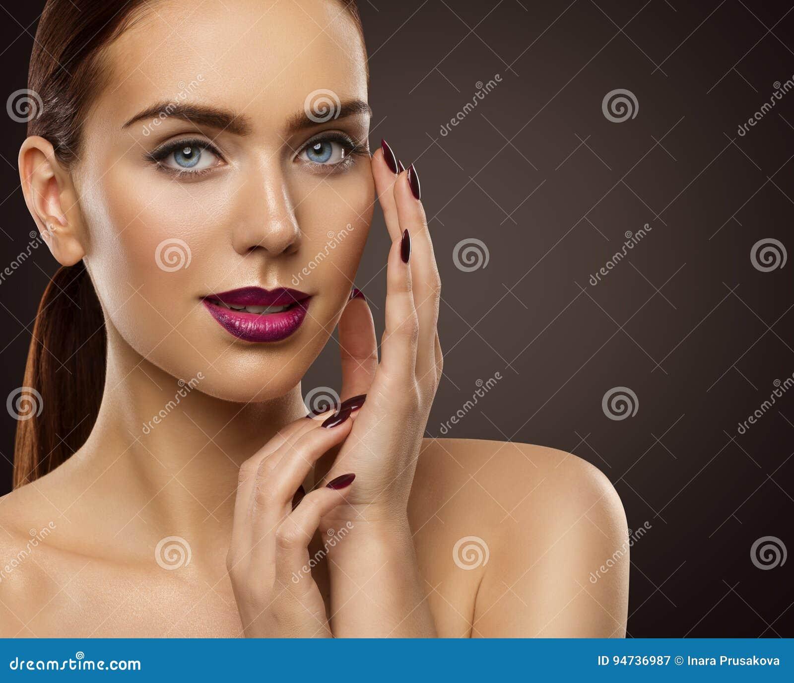 A composição da beleza da mulher, modelo de forma Face Make Up, Eyes pregos dos bordos