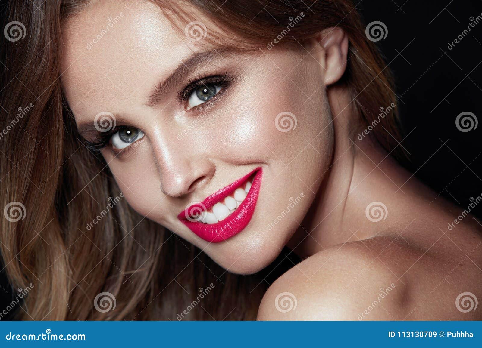 Composição da beleza Mulher com cara bonita e os bordos cor-de-rosa