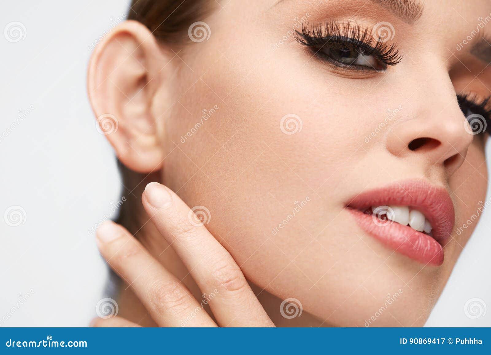 Composição da cara Mulher bonita com pestanas longas, pele macia
