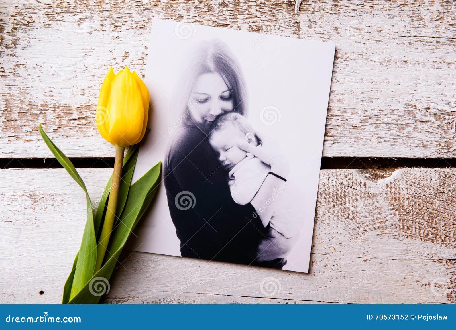 Composição do dia de mães Imagem preto e branco e tuli amarelo