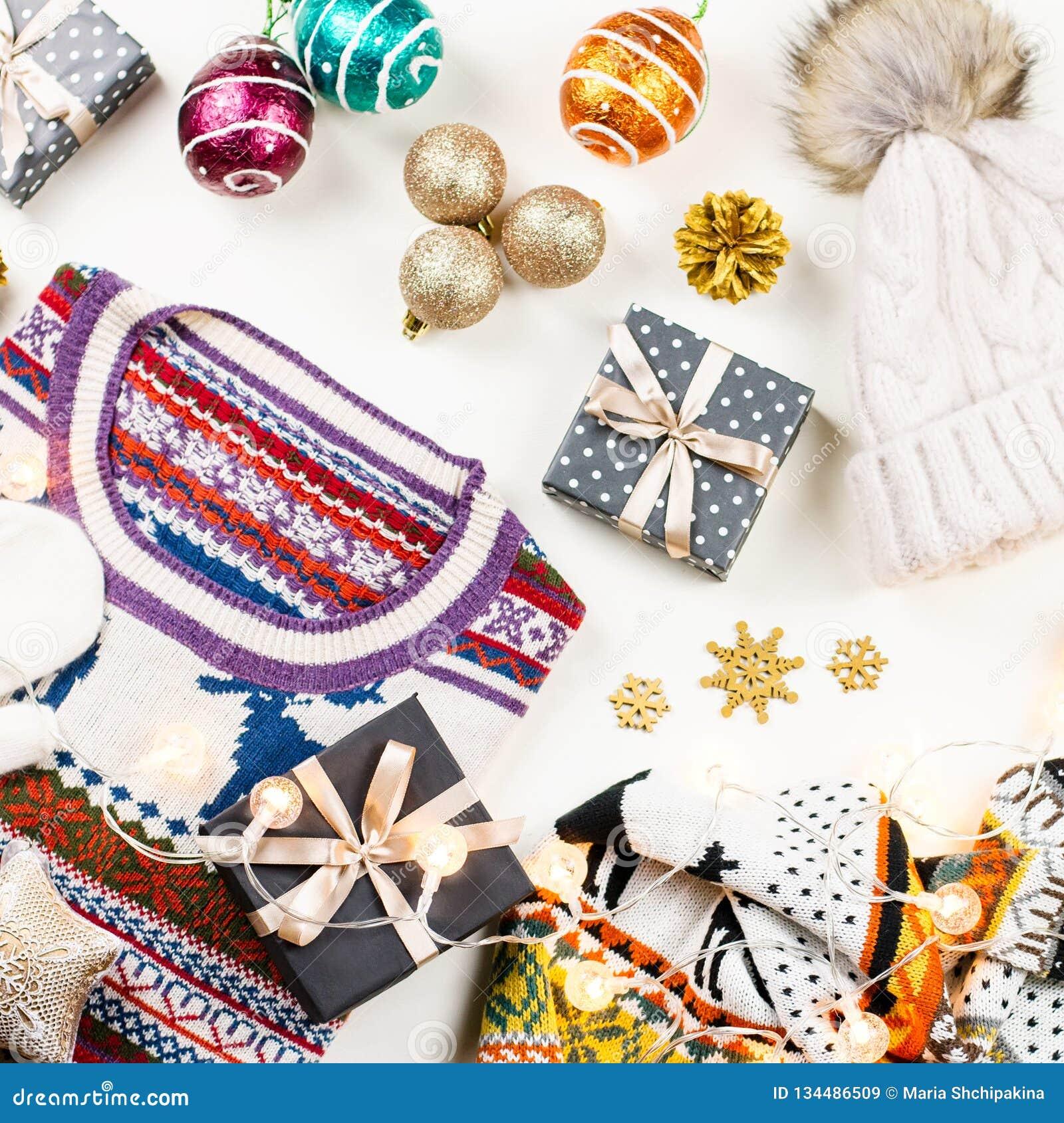 Composição do humor do Natal com camiseta, chapéu, presentes e luzes do Natal Configuração lisa do conceito do inverno, vista sup