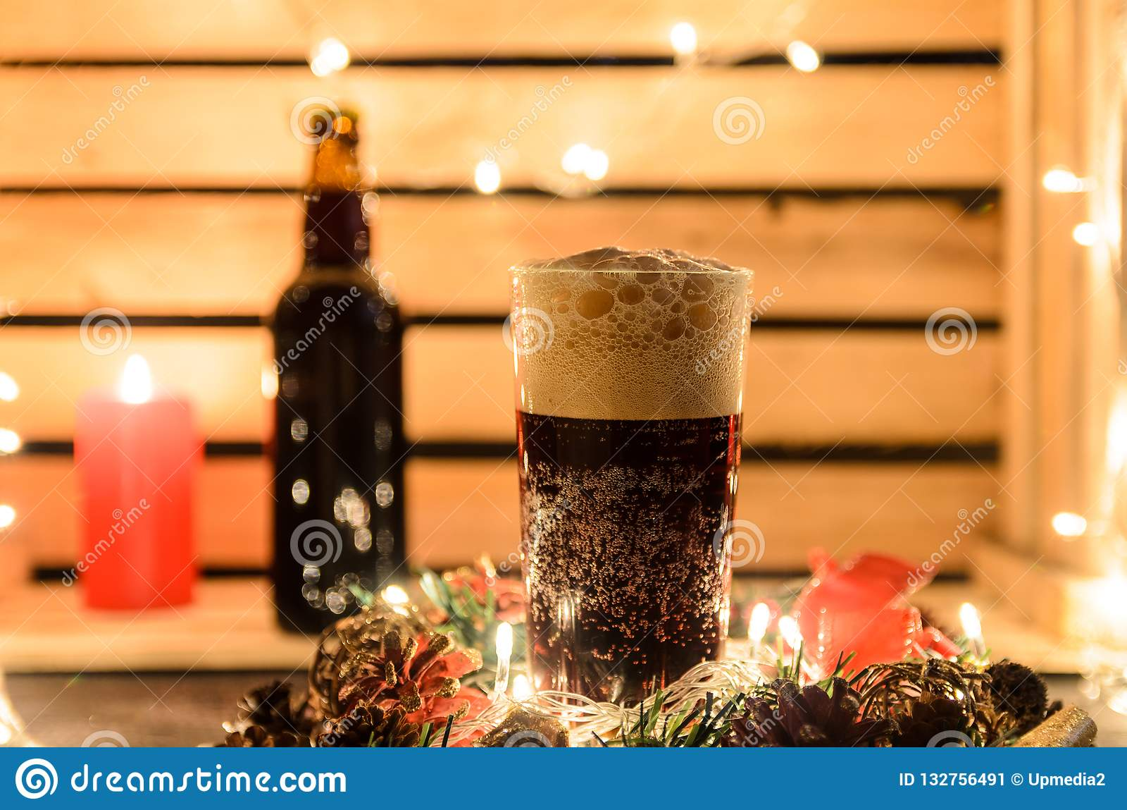 Composição do Natal com uma caneca de cerveja escura