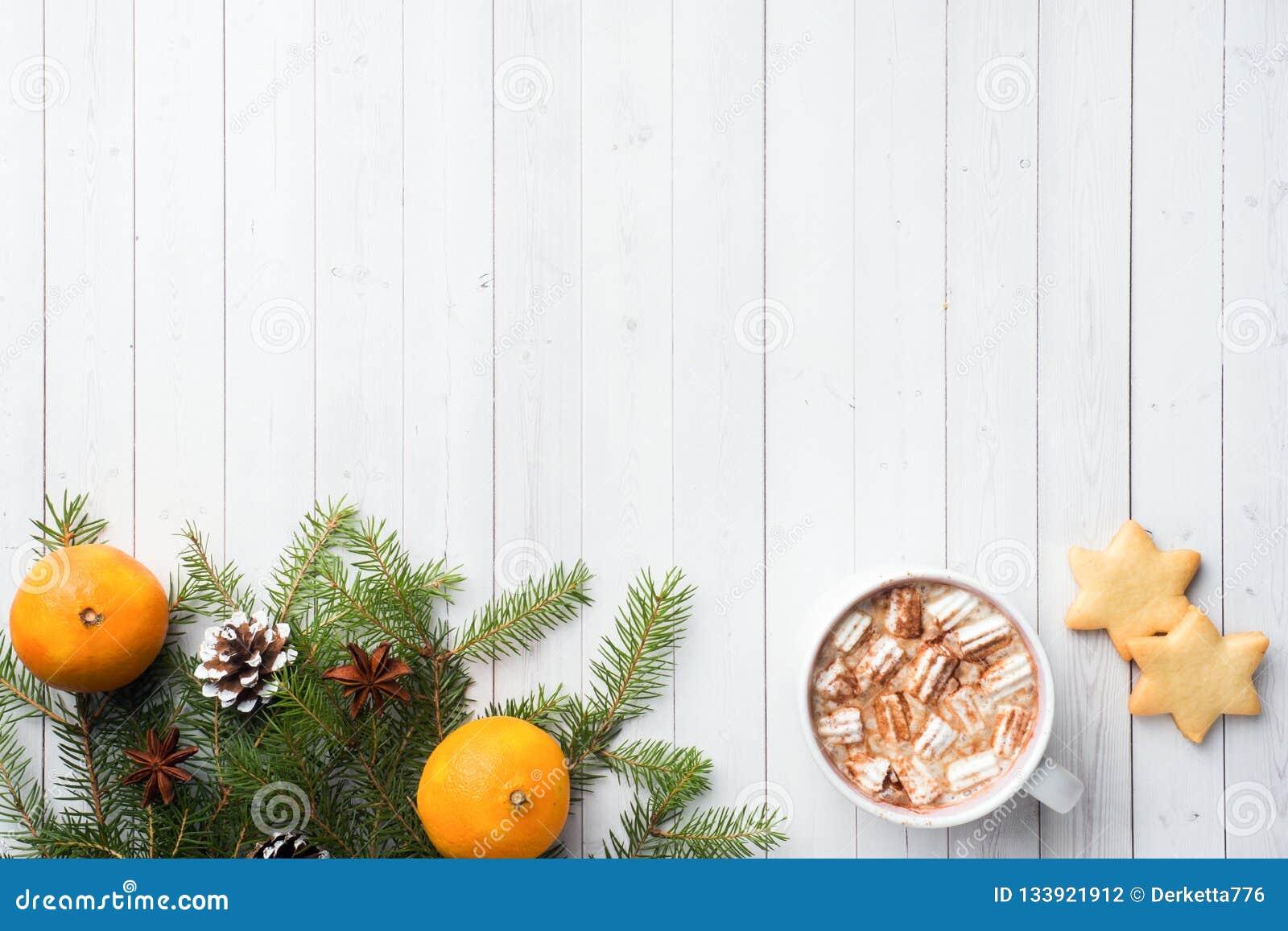 Composição do Natal Cookies do chocolate quente, ramos do pinho, varas de canela, estrelas do anis Natal, conceito do inverno Con