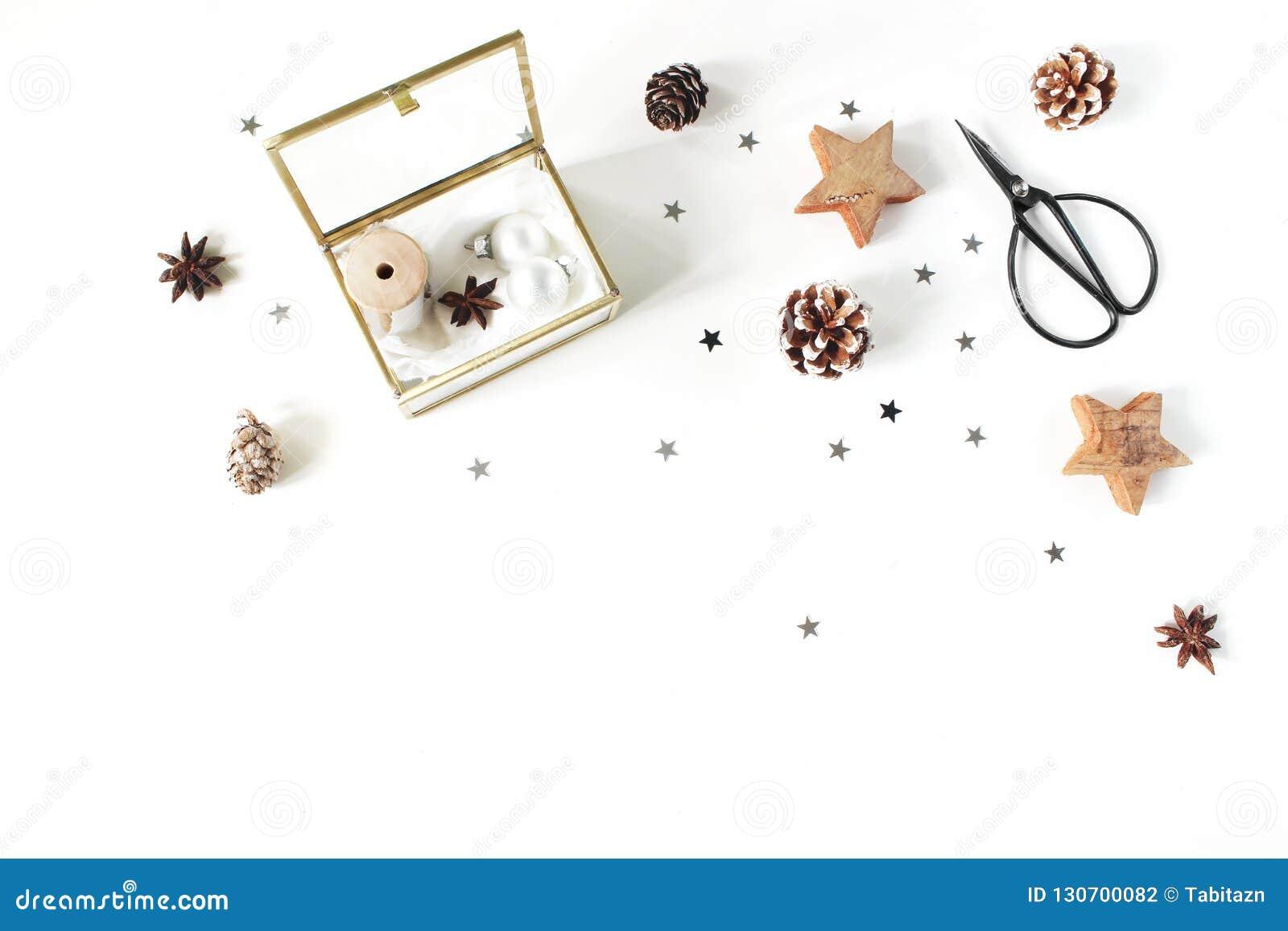 Composição do ofício do Natal Fitas e bolas de seda do Natal na caixa de vidro dourada Tesouras do vintage, cones do pinho, prata