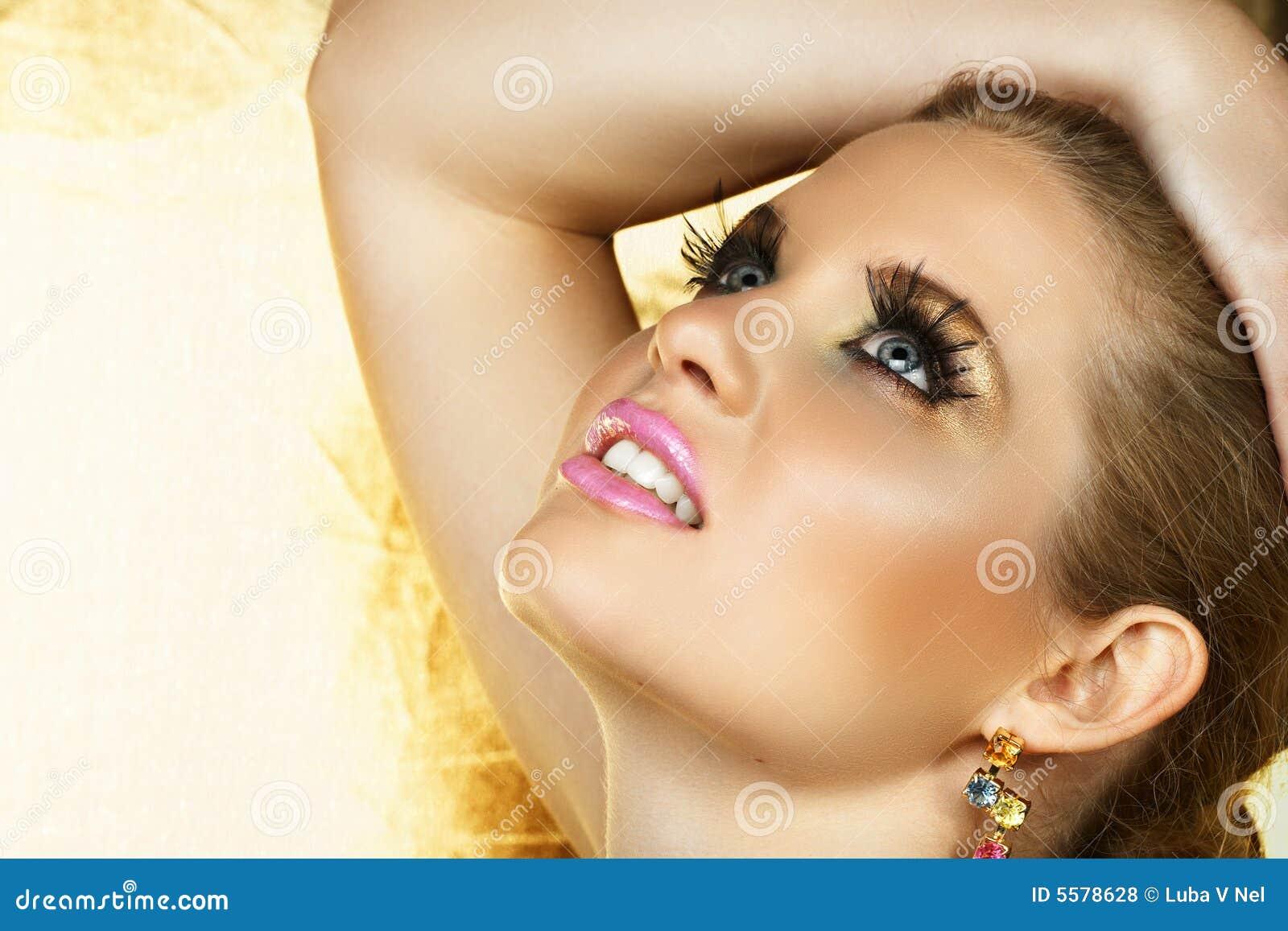 Composição dourada do olho e bordos cor-de-rosa