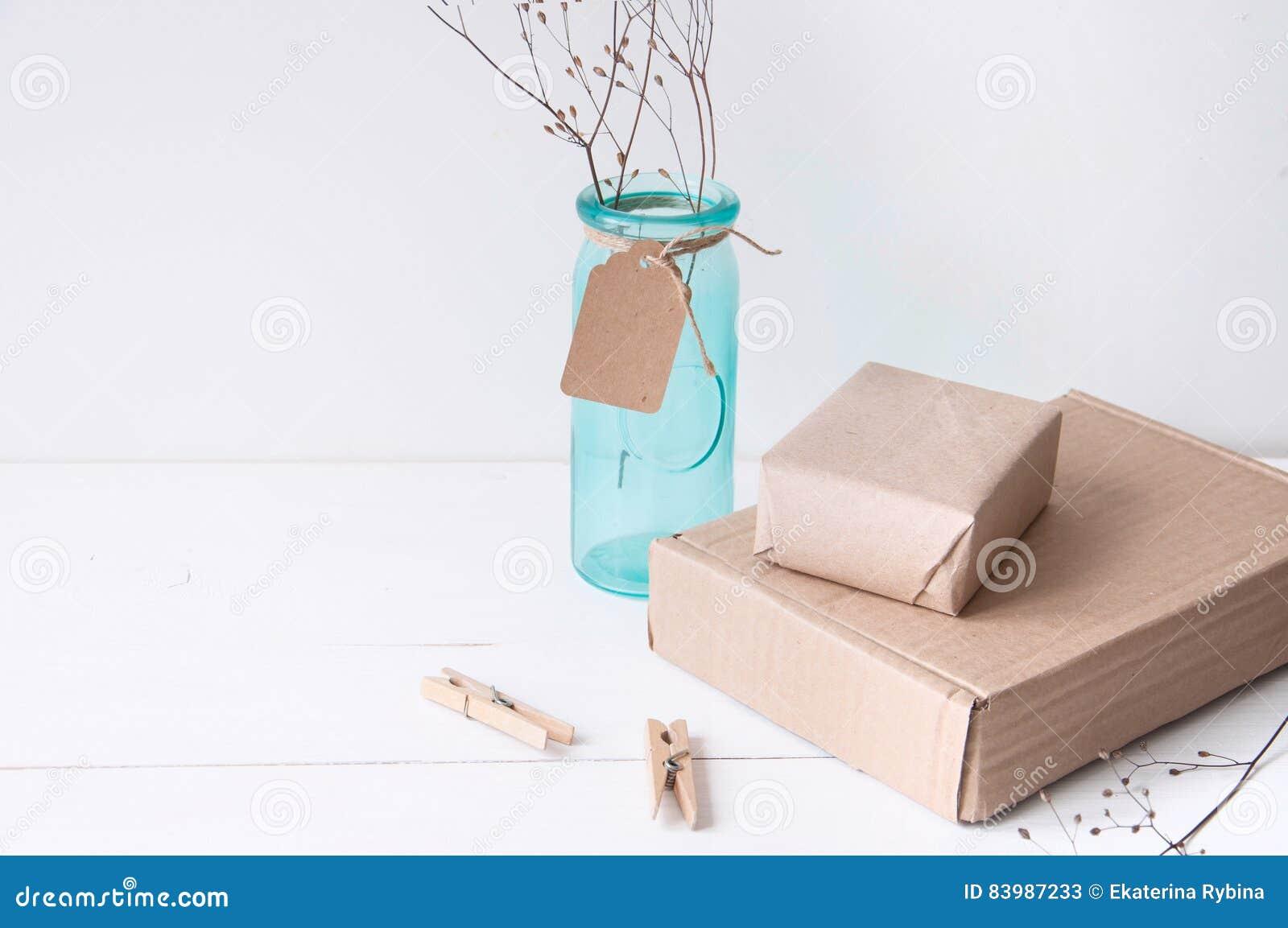 Composição elegante mínima com as caixas do vaso e do ofício de turquesa