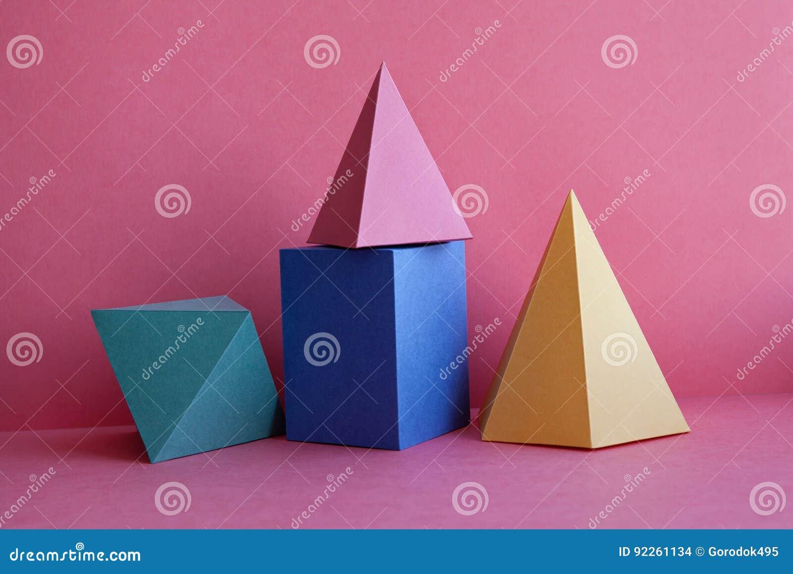 Composição geométrica da vida do sumário platônico dos sólidos ainda O cubo retangular da pirâmide de prisma figura no papel cor-