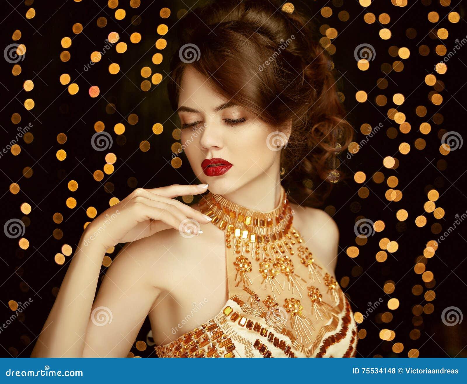 Composição Jovem mulher bonita no vestido dourado da forma gorgeous