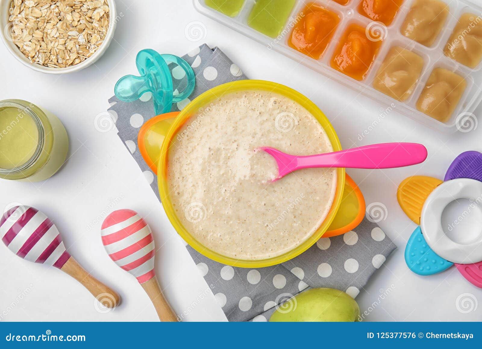 Composição lisa da configuração com a bacia de comida para bebê saudável