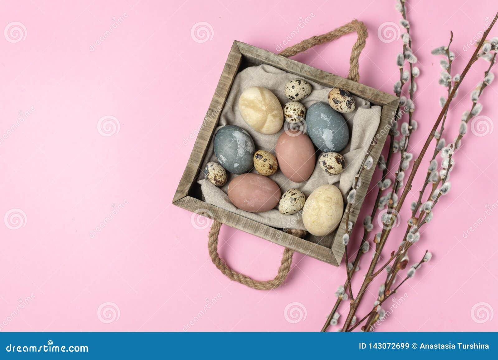Composição rústica do estilo do fundo mínimo de easter da mola - ovos da páscoa naturalmente tingidos orgânicos