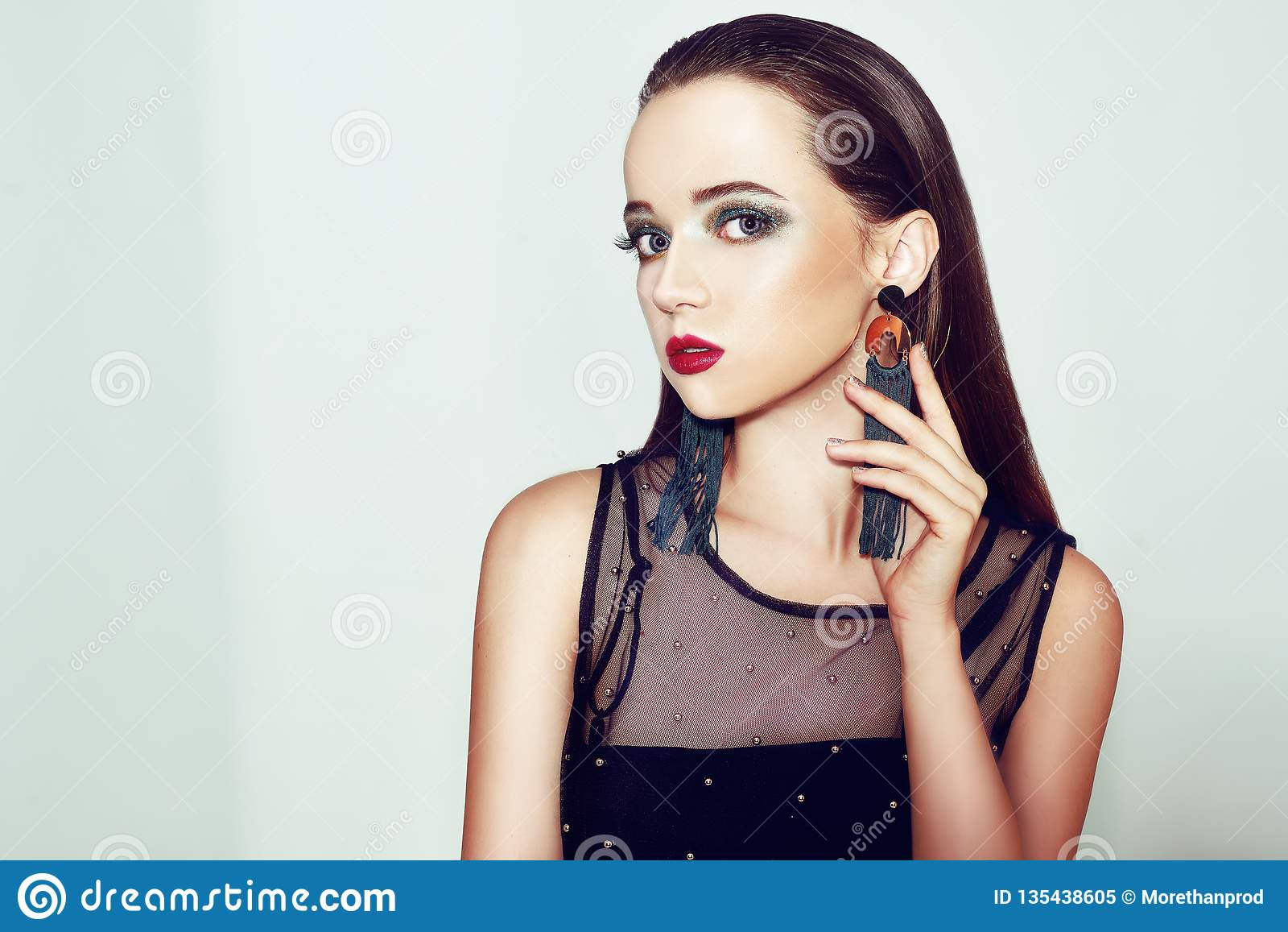 Composição verde Menina bonita com composição isolada no fundo Composição do olho e bordos sensuais Penteado elegante Brunette