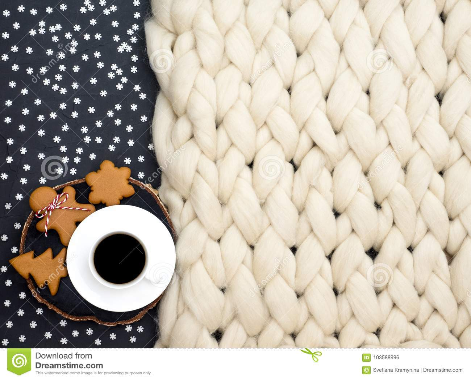 Composición acogedora, atmósfera de la manta de la lana merina del primer, caliente y cómoda Haga punto el fondo Taza de galletas