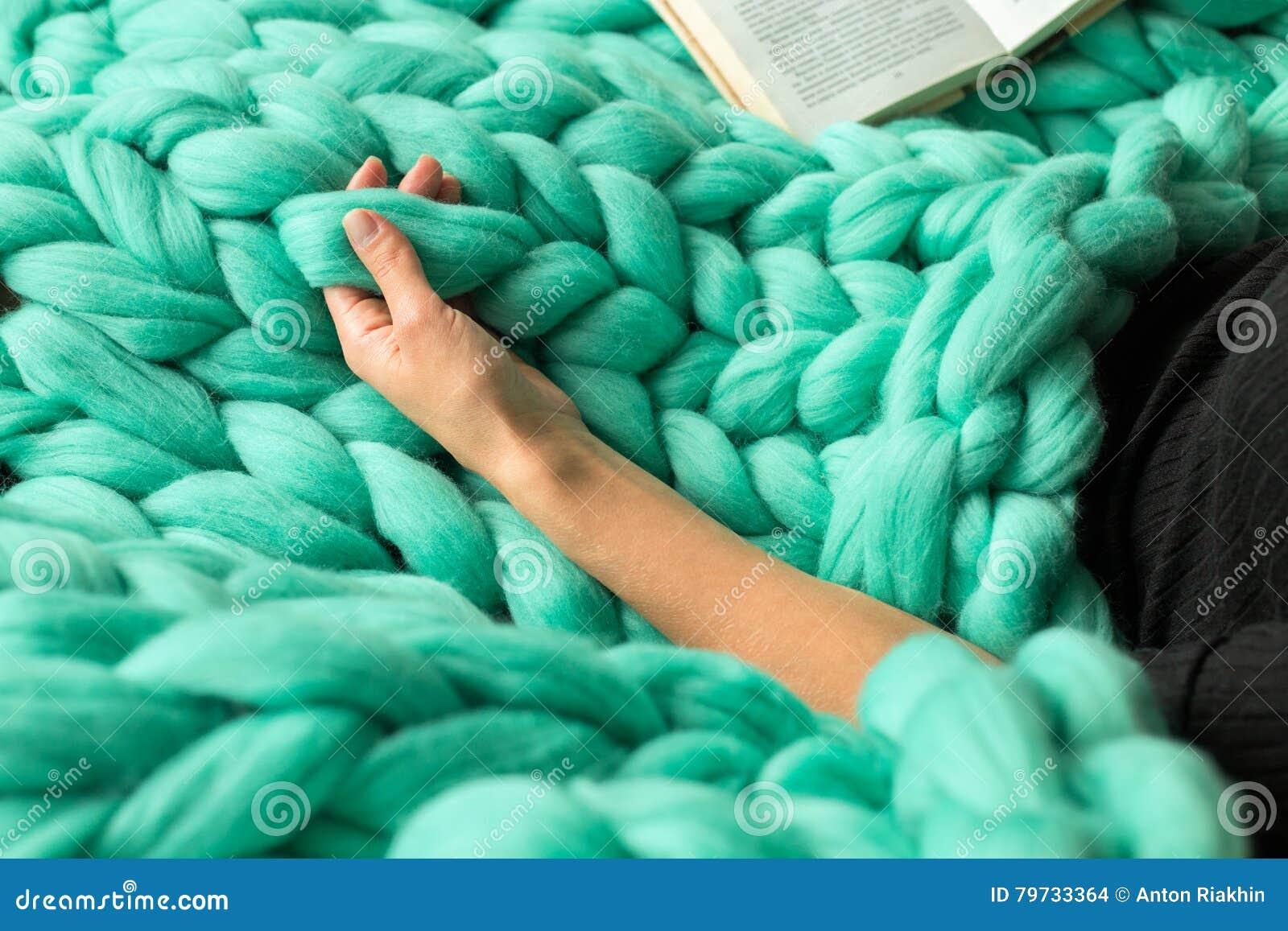 Composición acogedora, primer del libro de lectura de la mujer en la lana merina p