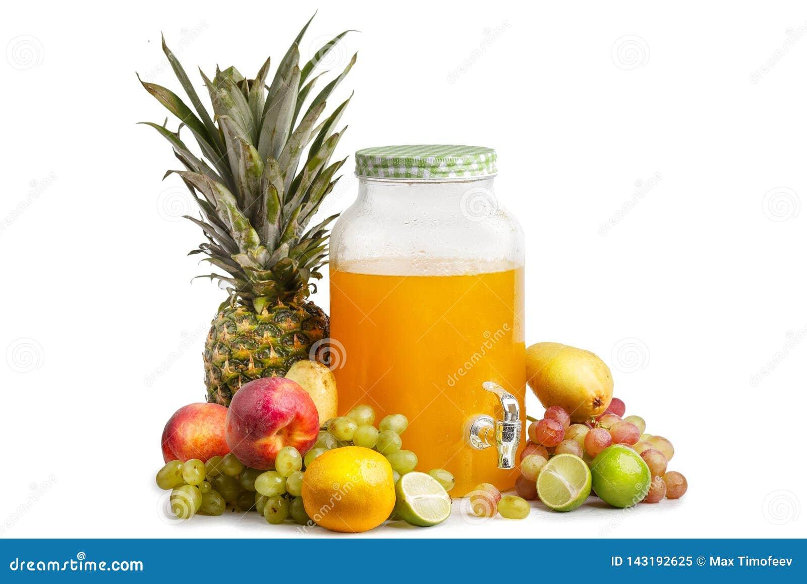 Composición de frutas jugosas maduras y de un tarro de cristal con limonada Fondo blanco aislado