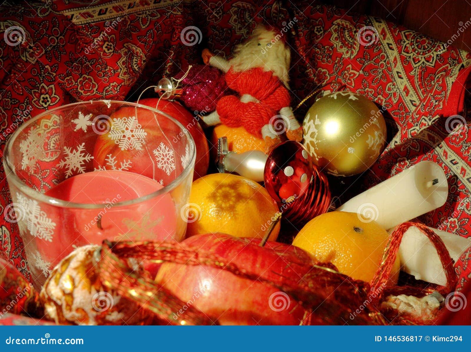 Composición de la Navidad con la fruta, las velas y la decoración de la Navidad