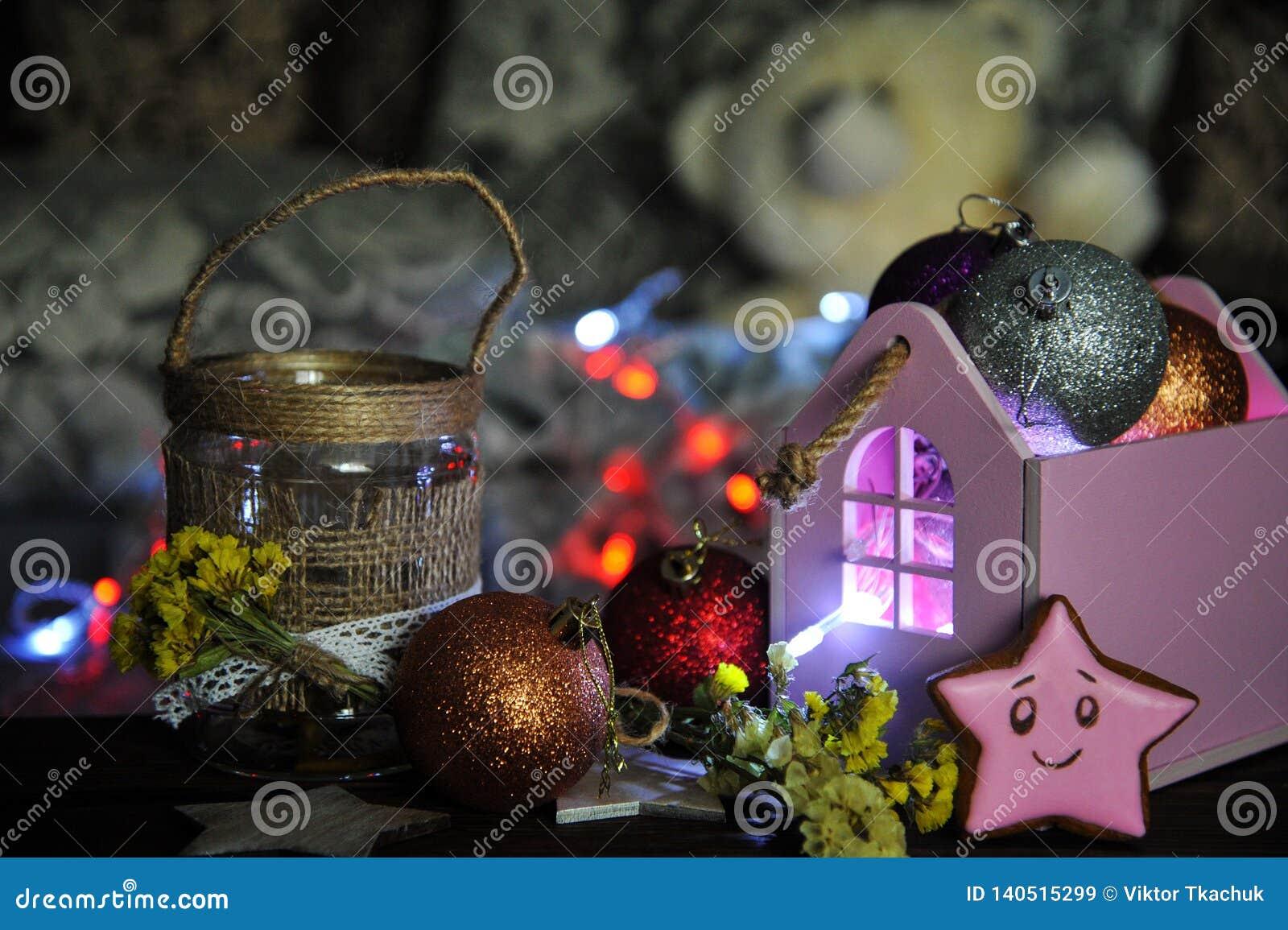Composición de la Navidad con una vela y decoraciones de la Navidad en una tabla
