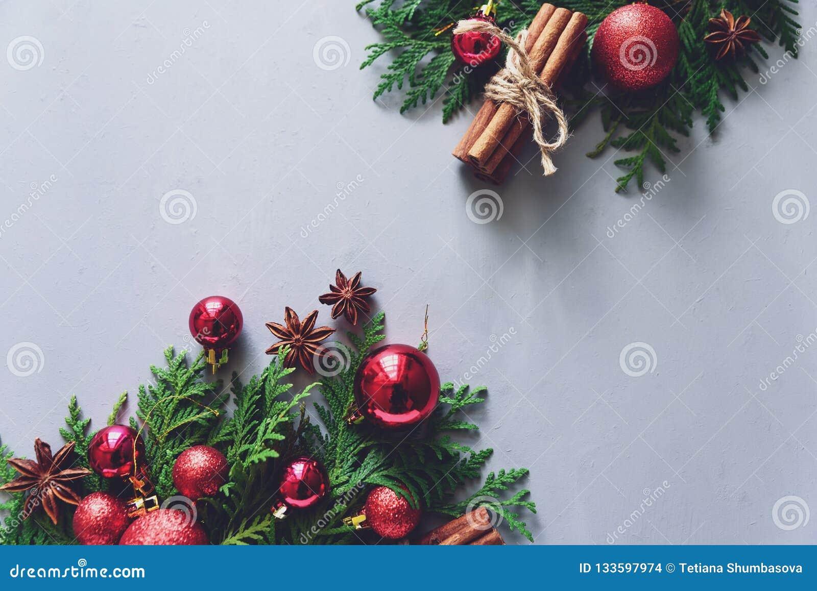Composición de la Navidad Ramas de árbol de abeto de la Navidad, bolas, palillos de canela y estrellas del anís en fondo de mader