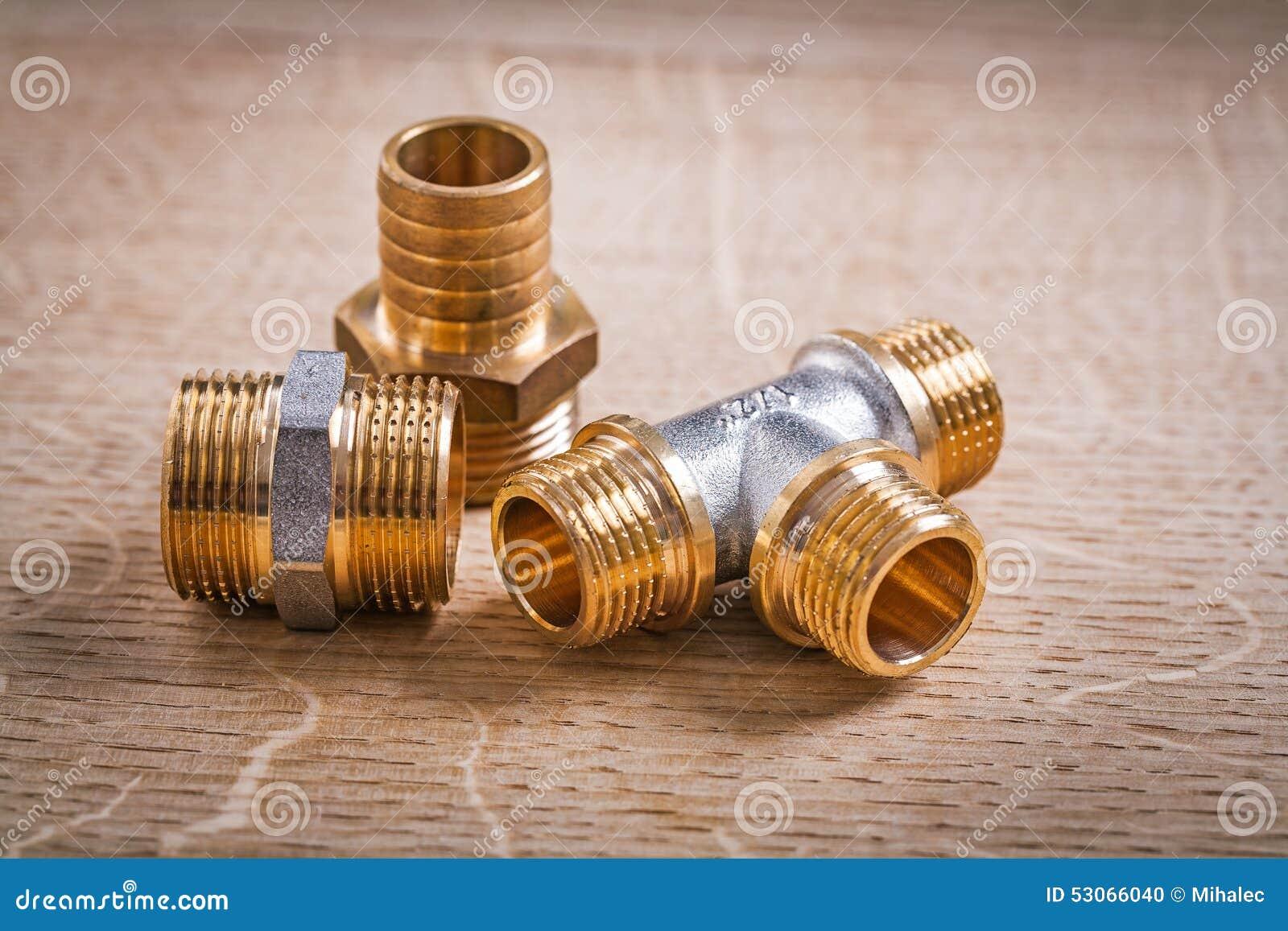 Composición de los conectores de cobre amarillo del tubo en de madera