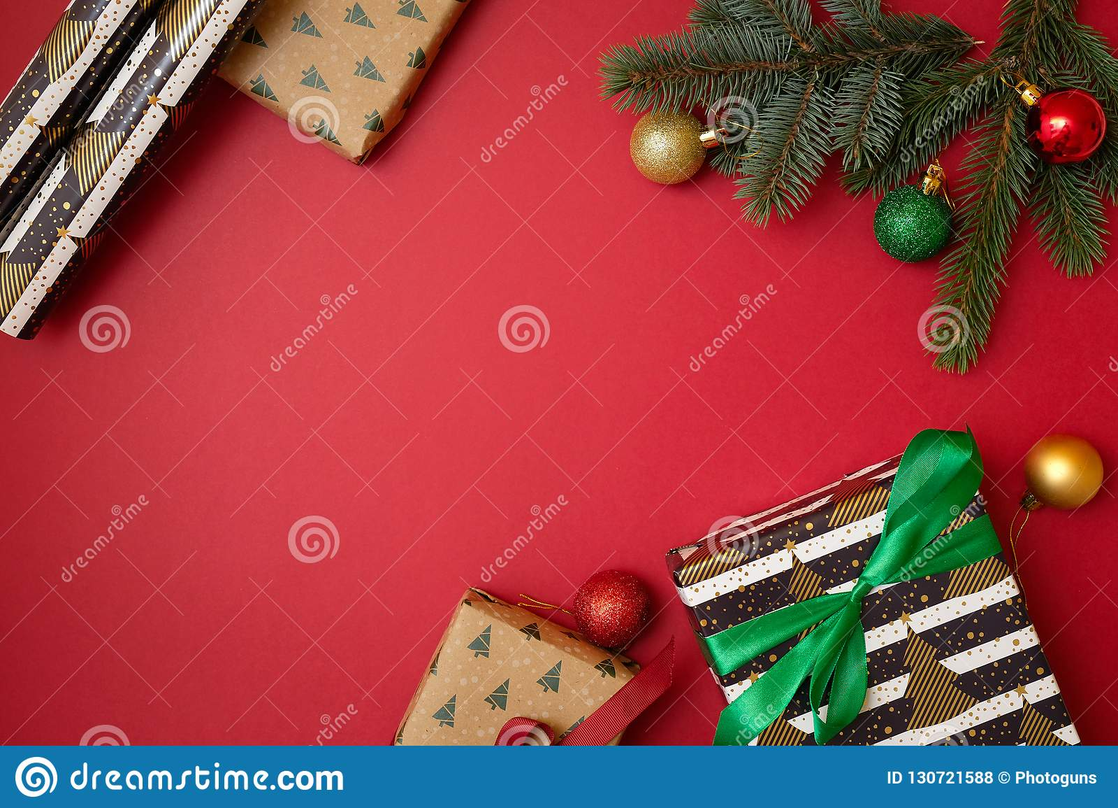Composición de los días de fiesta de la Navidad en fondo rojo con el espacio de la copia para su texto Ramas del abeto del árbol