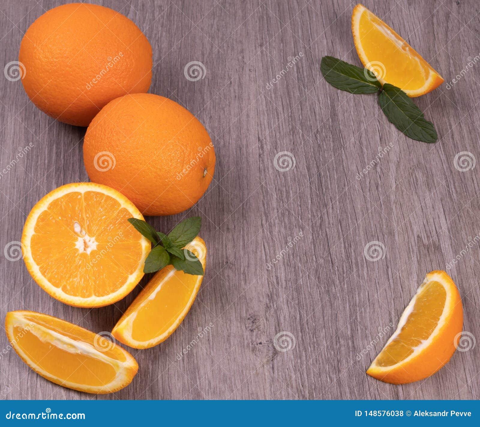 Composición de naranjas en un fondo de madera