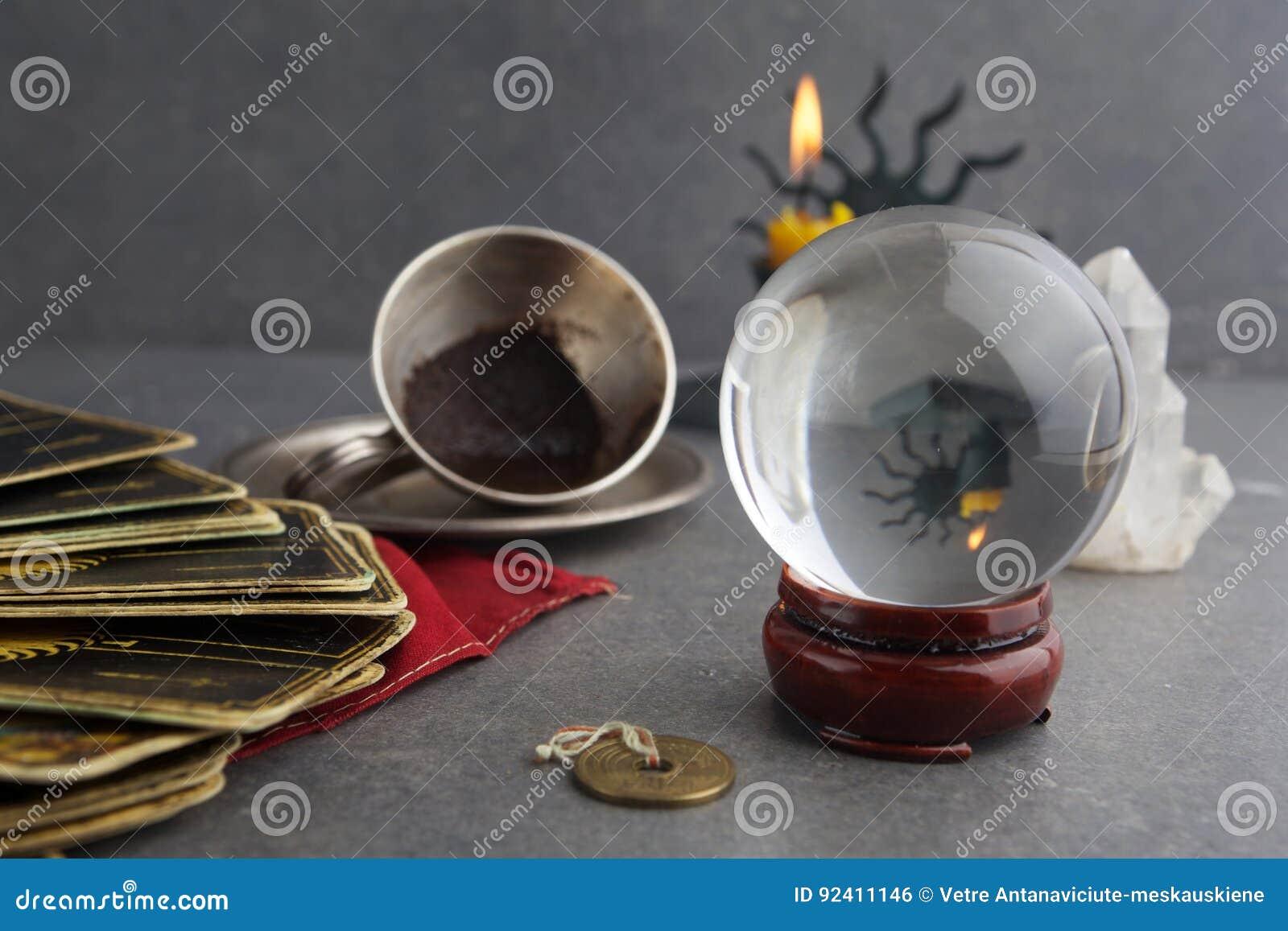 Composición de objetos esotéricos, usada para curar y la adivinación
