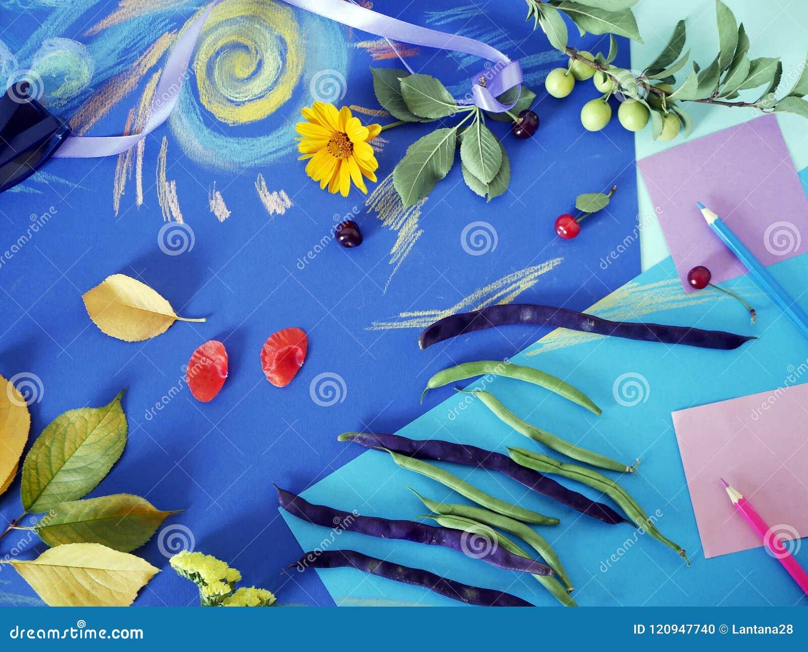 Composición Decorativa Del Otoño De Las Flores Amarillas, Hojas ...