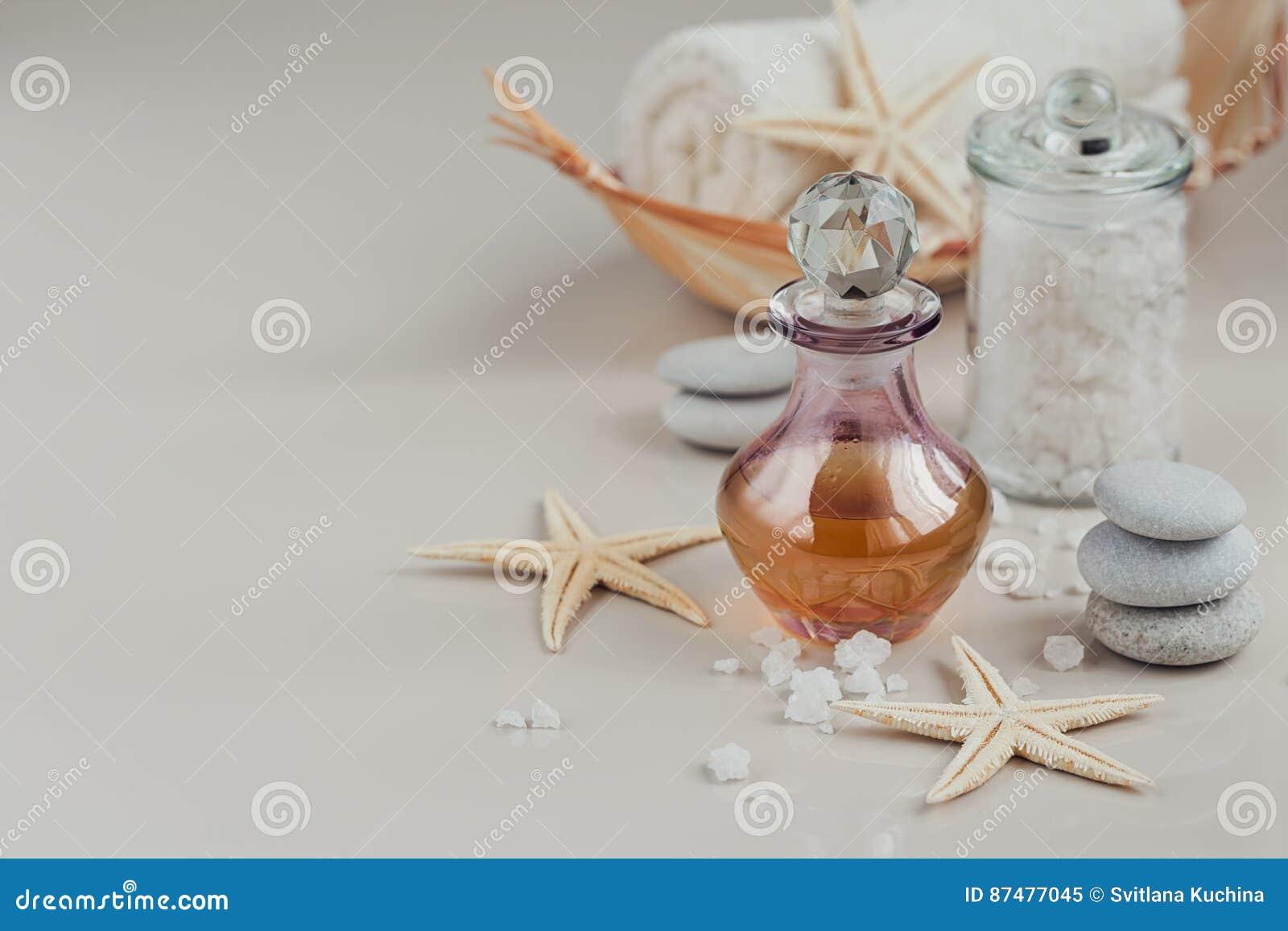 Composición del tratamiento del balneario con perfume o la botella de aceite aromática