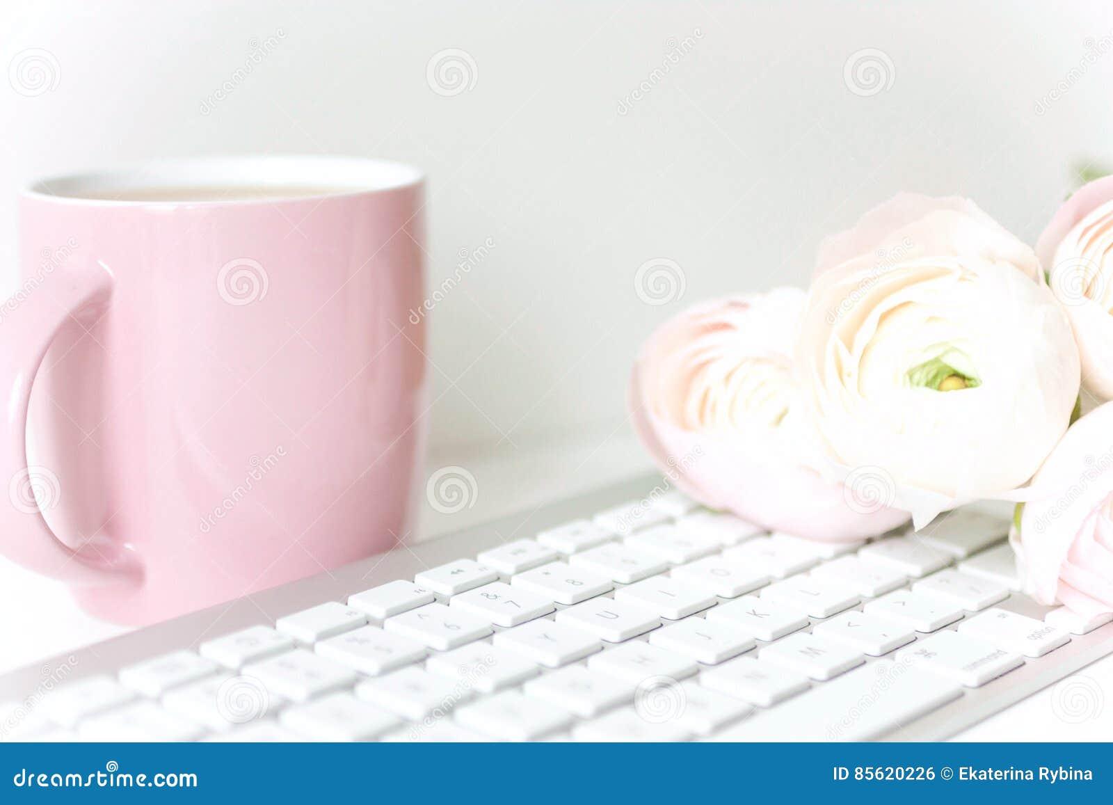 Composición diseñada con ranunculos rosados