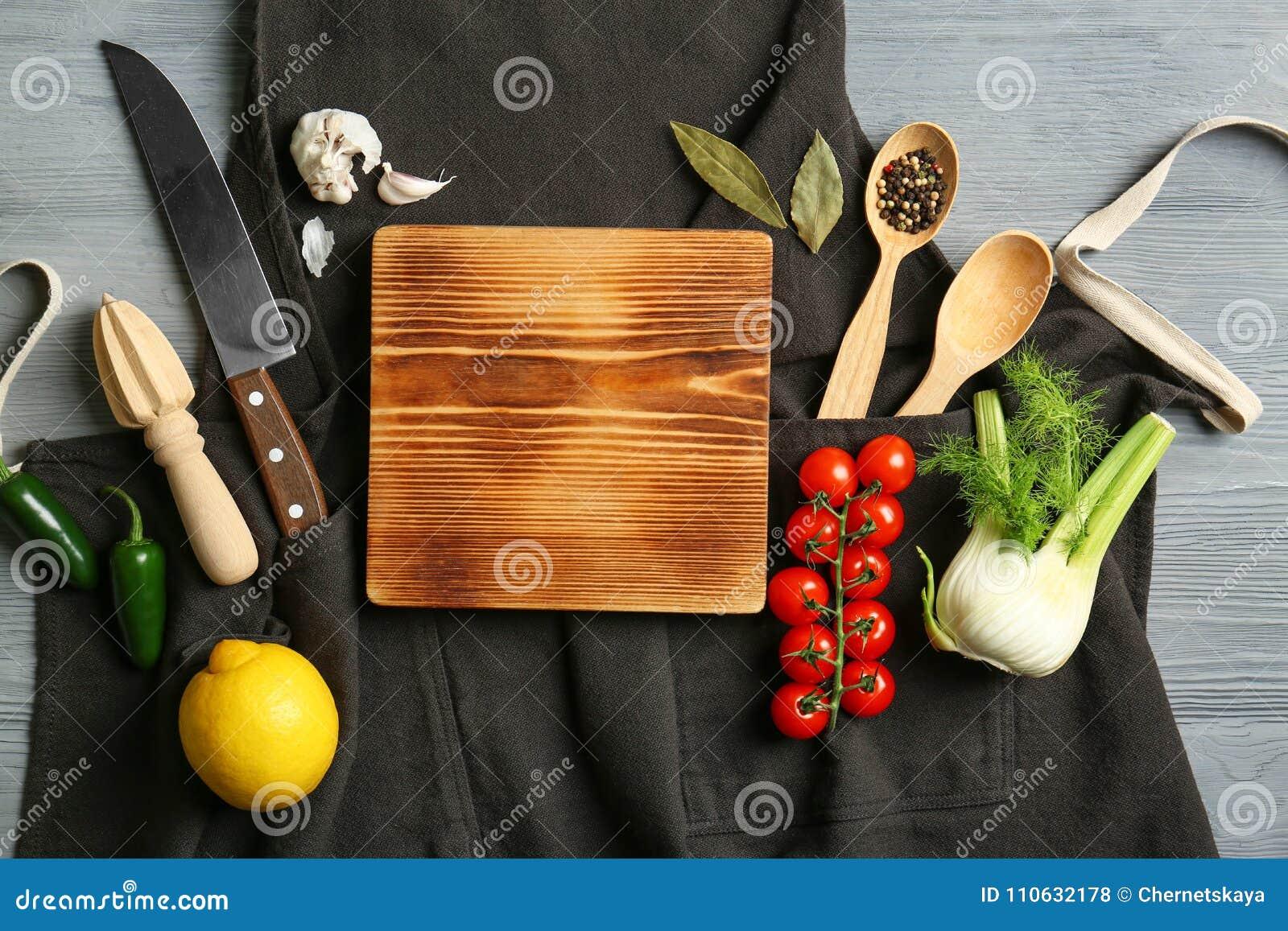 Composición hermosa con el tablero de madera y las verduras vacíos Concepto de las clases de cocina