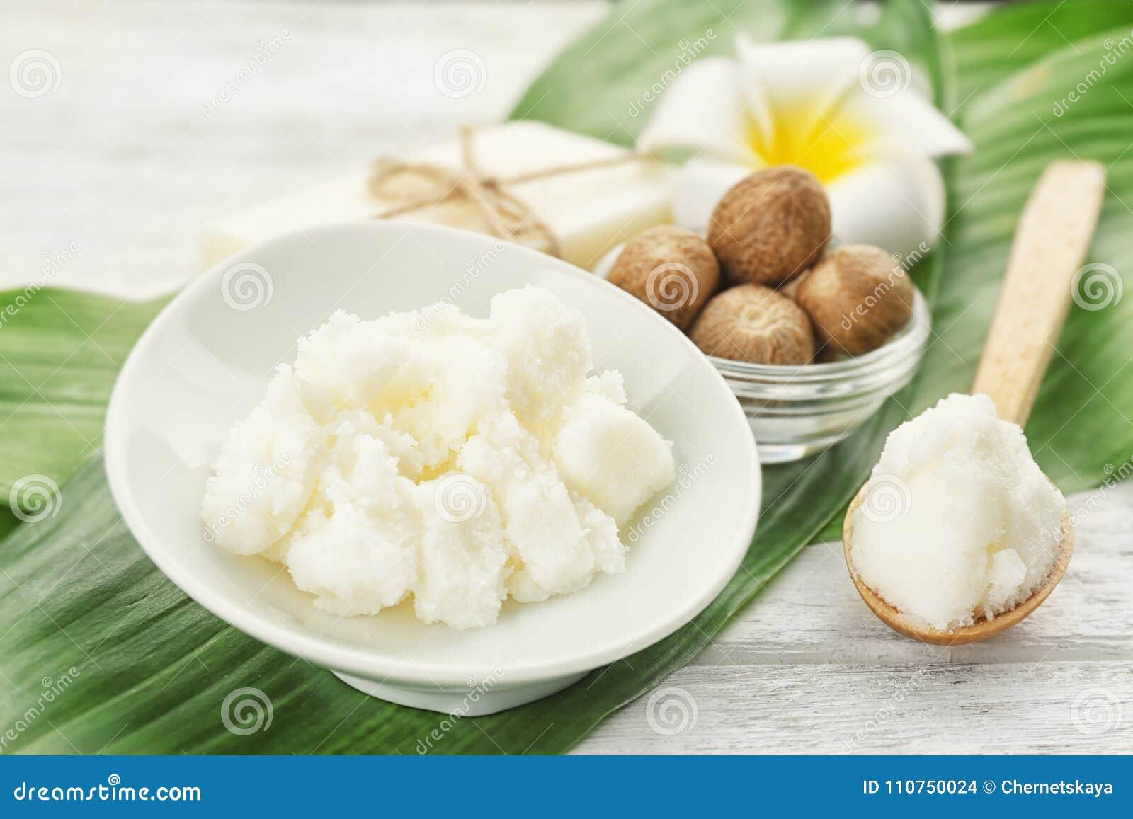 Composición hermosa con mantequilla, jabón y nueces de mandingo