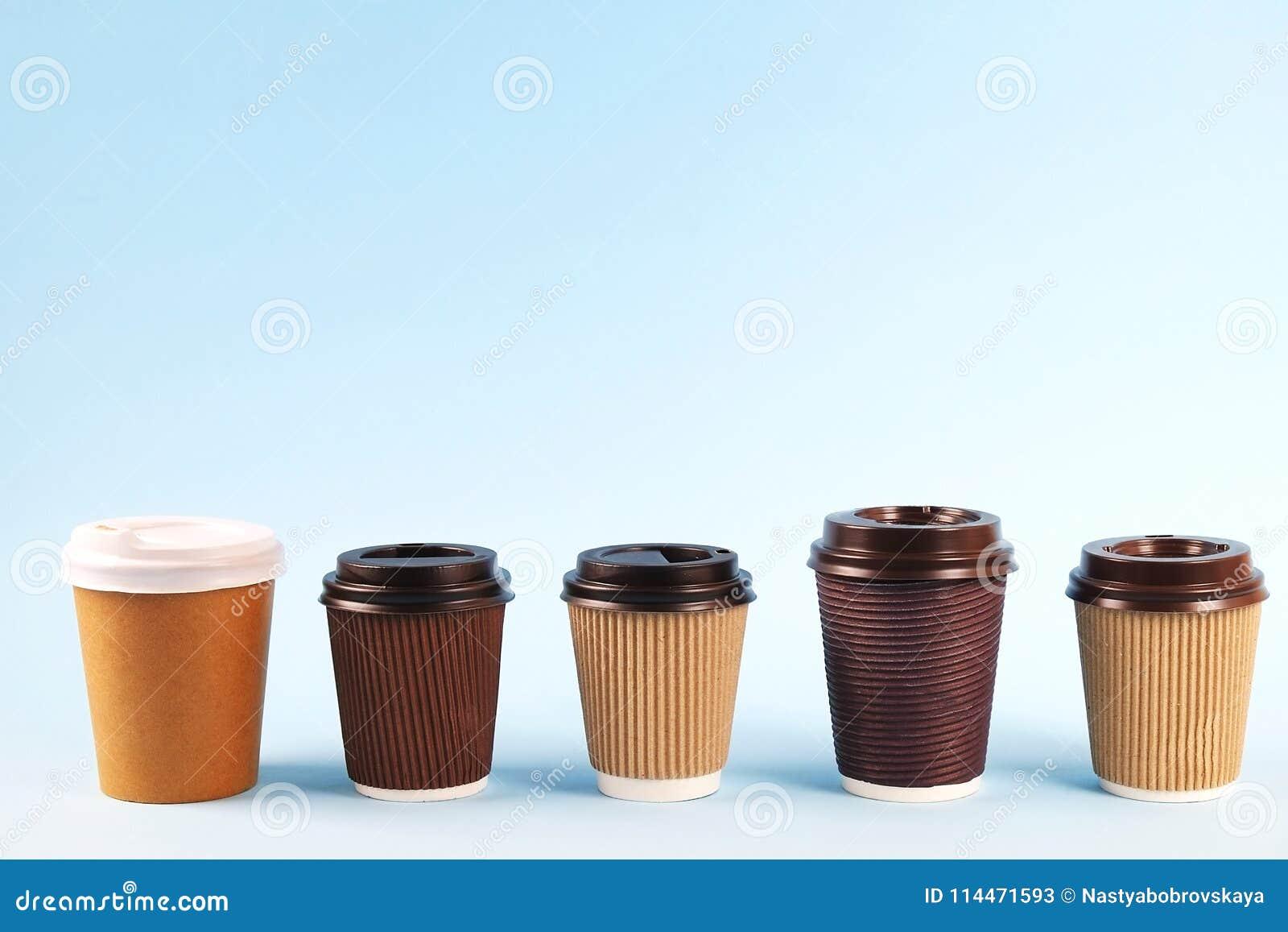 Composición mínima simplista colorida con la taza de café del papel de prueba de calor Saque la taza del té con el casquillo plás