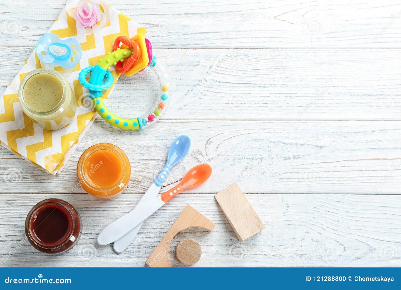 Composición plana de la endecha con los alimentos para niños y los accesorios