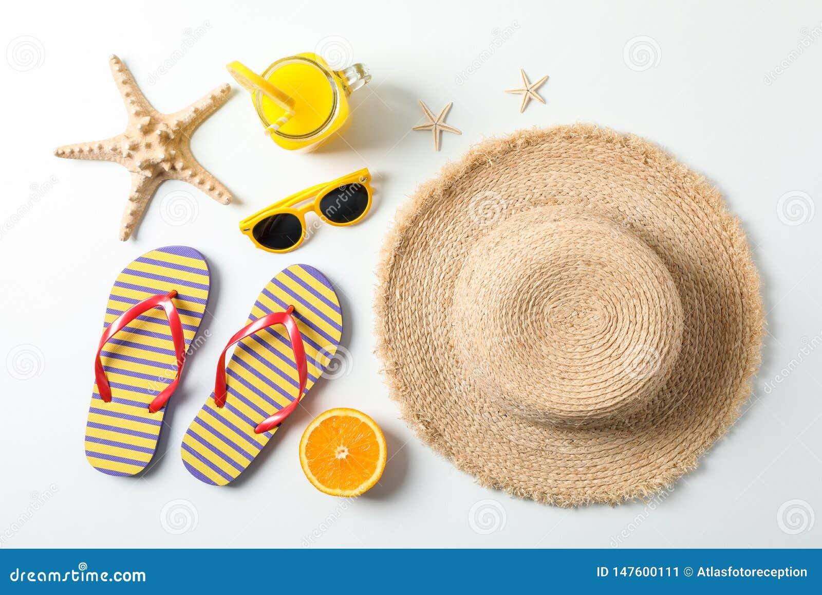 Composición puesta plana con los accesorios de las vacaciones de verano en el fondo blanco, visión superior