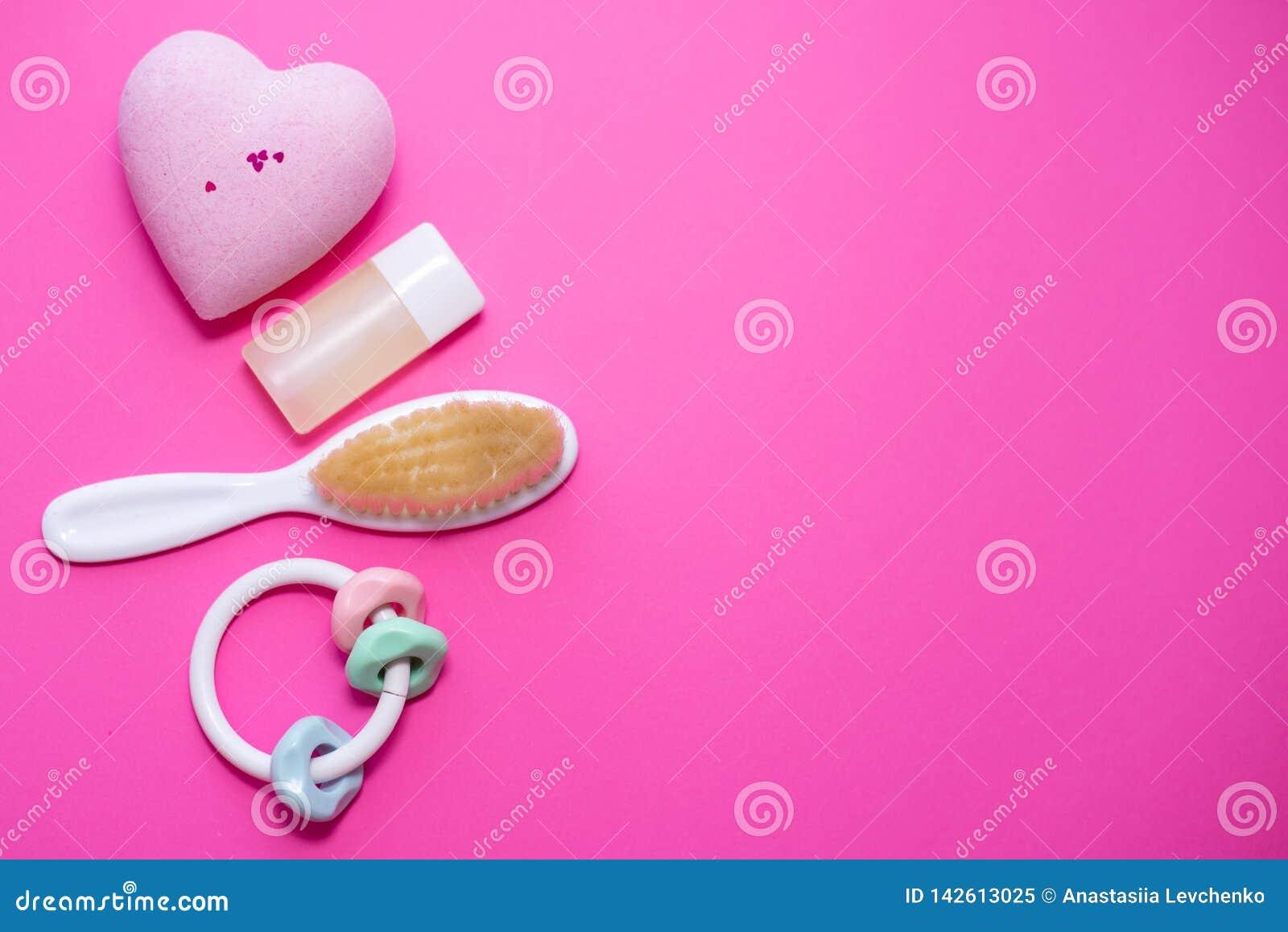 Composición puesta plana con los accesorios del bebé y espacio para el texto en fondo rosado Concepto del balneario