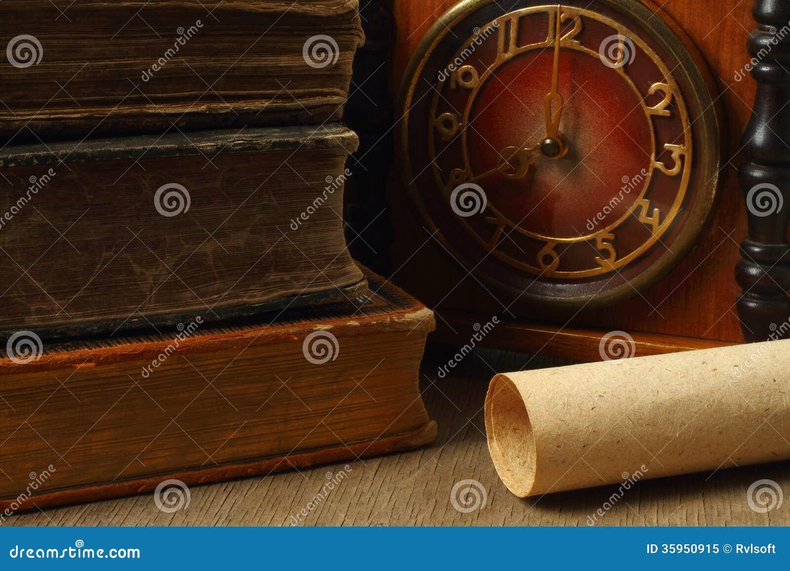 Composición retra con los libros, el reloj y el papel