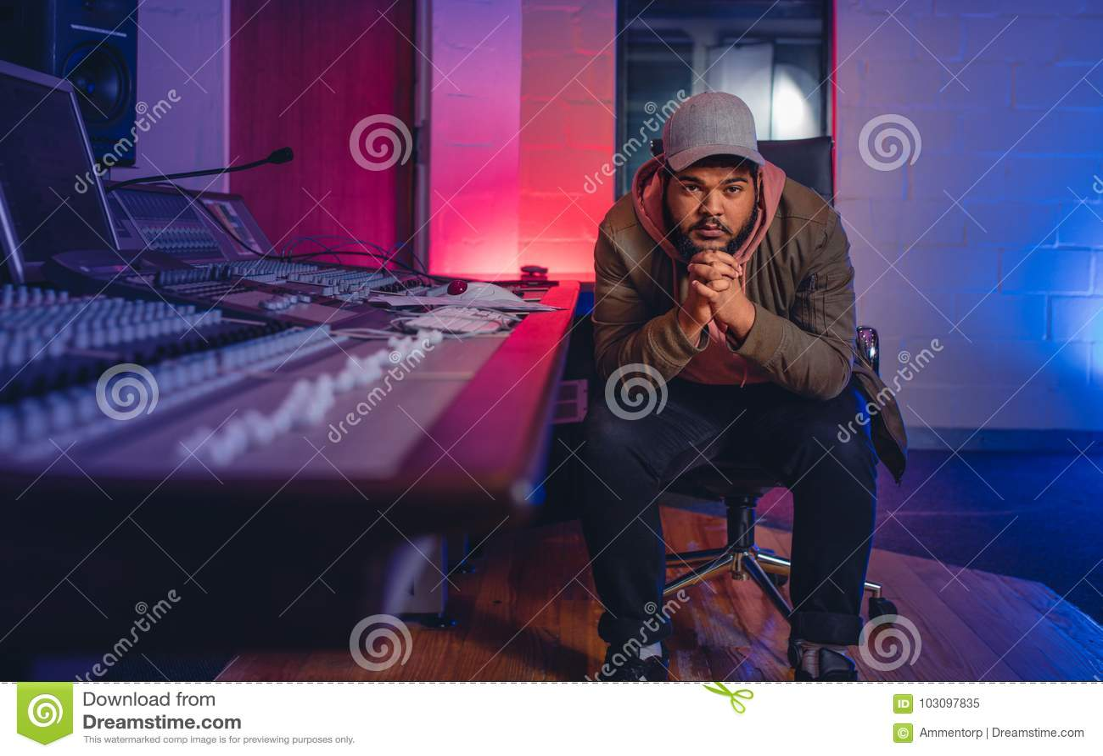 Compositeur de musique dans le studio d enregistrement sonore