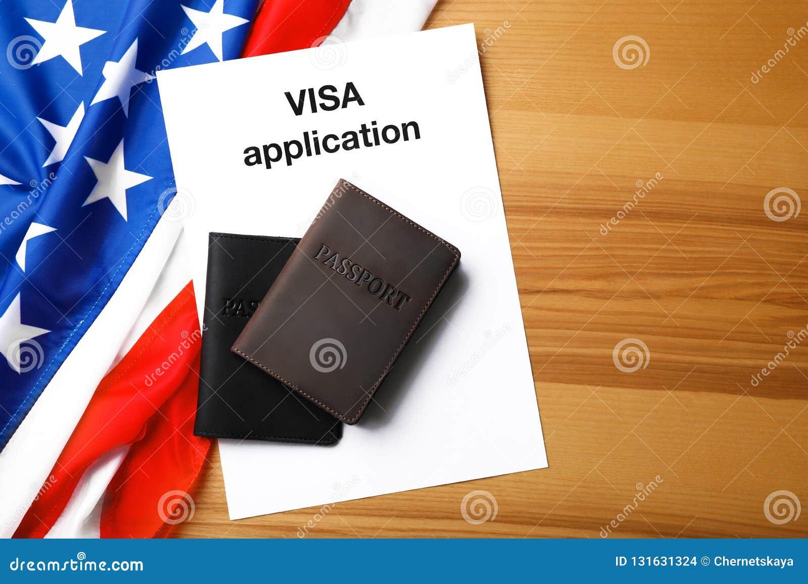 Composition étendue plate avec le drapeau des Etats-Unis, des passeports et de l application de visa
