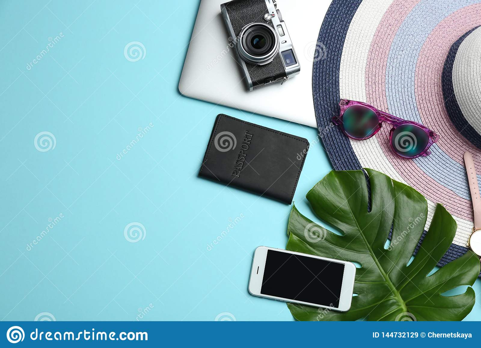 Composition étendue plate avec les accessoires, dispositifs sur le fond coloré