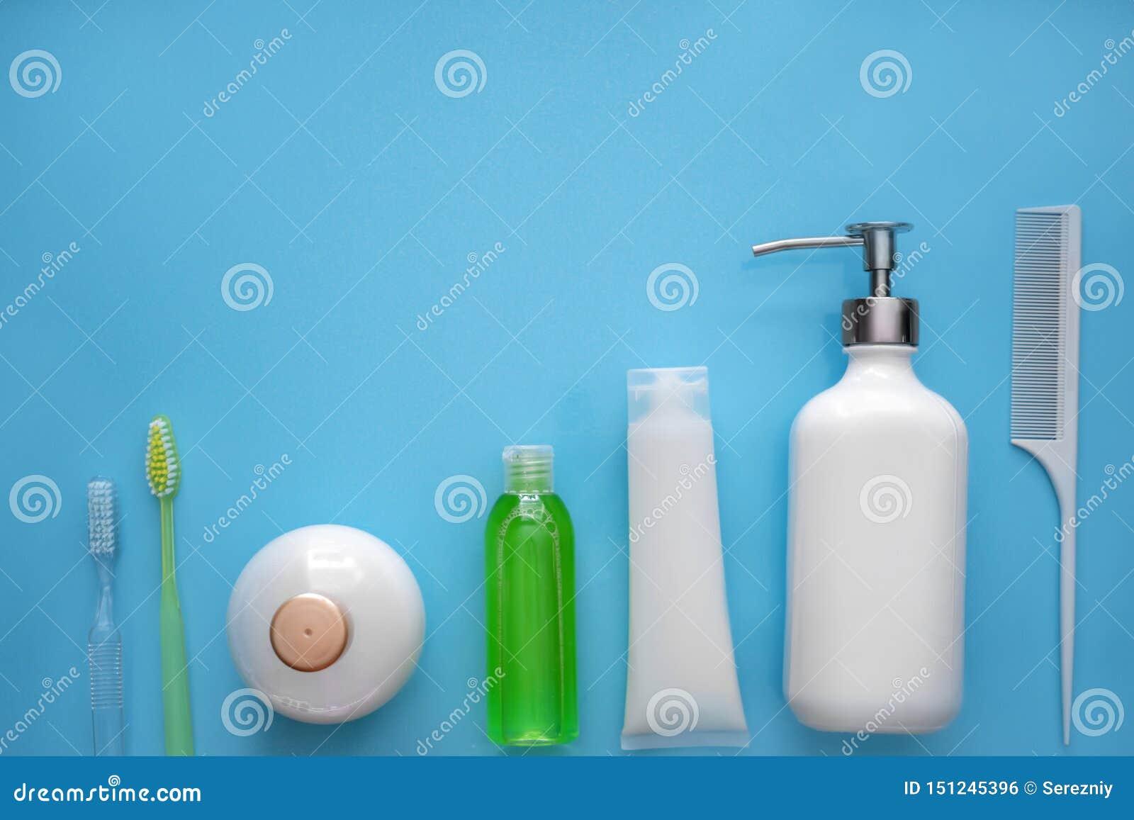 Composition avec des agréments de salle de bains sur le fond de couleur